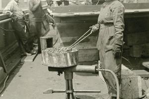"""<div class=""""bildtext"""">Historisches Foto einer Nietenheizerin, Puget Sound Navy Yard, 3. Juni 1919.</div>"""