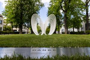 """<div class=""""bildtext"""">Im Park der Berliner Charité wurde das DANK-Mal aus der Werkstatt von Markus Ruf installiert.</div>"""