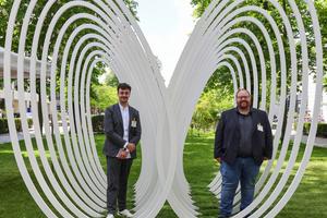 """<div class=""""bildtext"""">Architekt Michael Wezstein (links) und Metallbaumeister Markus Ruf haben das Dank-Mal gemeinsam umgesetzt.</div>"""