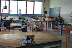 """<div class=""""bildtext"""">Die Werkstatt der Metallfachschule bietet 30 Arbeitsplätze.</div>"""