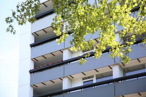 """<div class=""""bildtext"""">Die Fassadenpaneele und Geländerfüllungen hat HK Balkonbau zugekauft.</div>"""