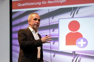 "<div class=""bildtext"">Armin Fischer leitet das Trainingszentrum in Marktheidenfeld; für den Nachfolger-Lehrgang hat er Profi-Coaches engagiert.</div>"