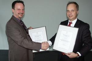 DORMA-Manager Karsten Eck (l.) mit dem neuen Zertifikat