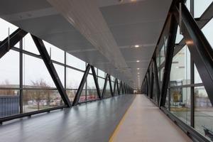 Die Brücke bietet Platz für zwei Fahrspuren und einen Gehweg.<br />