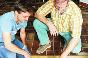 """<div class=""""bildtext"""">Schüler L. Clemens (l) im Gespräch mit seinem Lehrer Michael Höhler über die Montage eines Metalldübels in Normalbeton.</div>"""