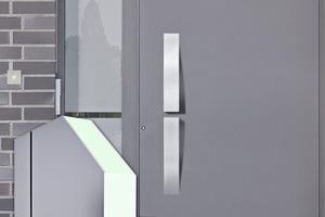 """<div class=""""bildtext"""">Hueck Lambda Aluminium-Haustüre mit einer Bautiefe von nur 75 mm.</div>"""