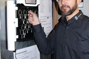 """<div class=""""bildtext"""">Mathias Hächler ist froh um die Übersicht, die der moderne Schlüsselkasten für die Elektrowerkzeuge gebracht hat.</div>"""