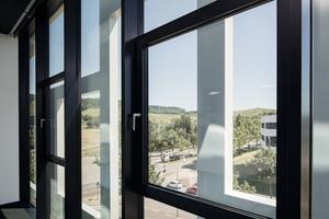 """<div class=""""bildtext"""">Für ungewöhnliche Ausblicke sorgen die Stahlskelette vor den Glasfassaden.</div>"""