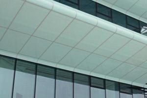 Eine Referenz fürs Kleben – die Glasfassade mit -brüstung des Fraunhofer Institutes Würzburg