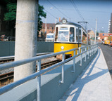 Lasten greifen am Geländer an und werden über Dübel in die Betonplatte eingeleitet<br />