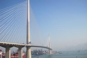 Die Pfeiler der Schrägseilbrücke, der Stonecutters Bridge in Hong Kong, sind an ihrer Spitze auf einer Länge von 120 m mit nichtrostendem Duplex-Stahl verkleidet.<br />
