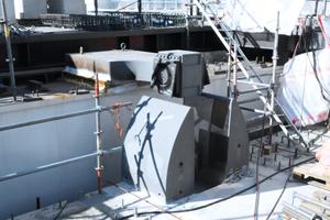 """Horizontalkraftlager mit liegendem Vertikal-Pin. Darunter die 15 t schwere und ca. 1,8 m hohe """"Klammer"""", in die der Pin von oben einfährt."""