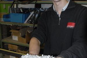 Einkaufsleiter Malte Baar hält reines Kapital in den Händen