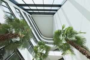 Jede Etage hat über Balkone Zugang zu den Wintergärten
