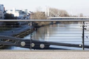 Gespannte Edelstahlseile und ein Handlauf aus Edelstahl Rostfrei kennzeichnen die Kettenbrücke in Bamberg.<br />