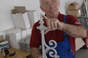 Dekorative Bauelemente im Regal: Manfred Russ ist stolz auf seine historischen Schätze<br />