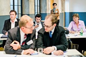 """<div class=""""bildtext"""">Stefanie Manger (r.) hat auch die Branche in Österreich im Blick. Im Bild der Metallbautag in Steyr.</div>"""