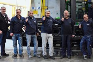 """<div class=""""bildtext"""">Das Team des Arbeitsbereichs Pulverbeschichtung mit Firmenchef Karl Haslinger (2.v.l.).</div>"""