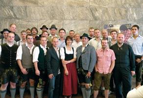 Foto zum Abschied: die neuen Meister und Meisterinnen mit Lehrkräften<br />
