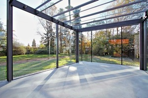 """<div class=""""bildtext"""">Raum mit eigentümlicher Atmosphäre: Rundum draußen in der Natur und vor dem Wetter geschützt im Glaskubus.</div>"""