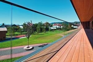 """<div class=""""bildtext"""">Das Ganzglasgeländer wird auf den Schnittpunkt von Balkonbelag und Fassade montiert– eine komplexe bauliche Anforderung.</div>"""