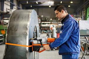 Metallbauer Torsten Marte ist mit der Maschine zufrieden - insbesondere auch beim vertikalen Einsatz.<br />