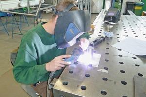 """<div class=""""bildtext"""">Simonmetall verfolgt neue Fügetechniken, im Bild erprobt ein Auszubildender das Schweißen von Edelstahlteilen.</div>"""