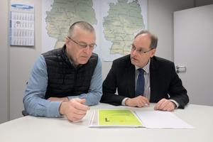 """<div class=""""bildtext"""">Joachim Wetschenbacher (l.), Leiter Integrierte Managementsysteme IMS, und Günter Dreher, Leiter Kunden Service Center Industrie — Novoferm.</div>"""