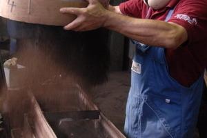 Präzisionsarbeit: Nach dem Entwurf und dem Anfertigen der Gussform folgt das flüssige Metall<br />