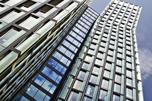 """<div class=""""bildtext"""">Die 1.400 Drehfenster der """"Tanzenden Türme"""" wurden mit der Bandseite AL 540 ausgestattet.</div>"""