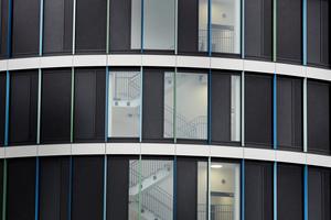 Die puristisch moderne Fensteransicht wurde mit den vollständig verdeckt liegenden Beschlägen erreicht.
