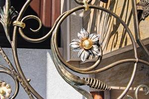 """<div class=""""bildtext"""">Kunstvoll handgeschmiedete Ornamente schützt Belzer schon seit fast 40 Jahren durch Schmiedelacke und verziert diese mit Patinafarben.</div>"""