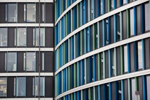 Die 20.000 Quadratmeter große Aluminium-Glasfassade&nbsp; mit ihren Aluminiumlisenen in Blau- und Grüntönen.<br />