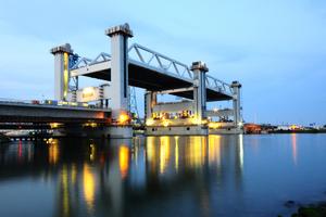 Bild von einer Brücke: Botlekbrug bei Nacht.
