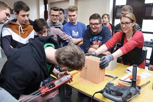 """<div class=""""bildtext"""">Zulieferer (auf dem Foto eine Mitarbeiterin von Würth) bieten in den Berufsschulen spezielle Kurse an — hier zum Thema Befestigungstechnik.</div>"""