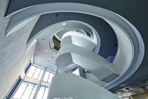 """<div class=""""bildtext"""">Blick nach oben im Treppenauge. Die Untersicht der Stufen ist ganzflächig verkleidet. Insgesamt wurden für die Anlage ca. 60Tonnen Stahl verbaut.</div>"""