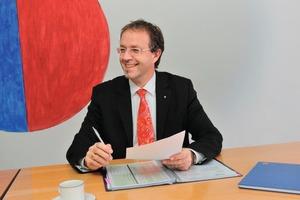 """<div class=""""bildtext"""">Jörg Egener, bei Hörmann Leiter der Abteilung Architektenberatung, unterstützt die Planung mit EPD-Produkten.</div>"""