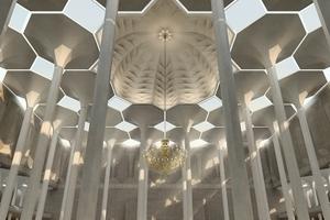 Durch die Kuppel einfallendes Sonnenlicht verleiht dem Gebetssaal seine mediative Raumatmosphäre.<br />
