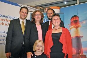 """<div class=""""bildtext"""">Ein erfolgreiches Team: (v.l.n.r.) Christian und Yvonne Simon mit Tochter Emma — mit dabei auch Eltern Bernhard und Ursula Simon.</div>"""