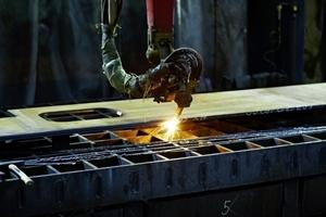 Die Brennzuschnitte inklusive Schweißnahtvorbereitungen für die Fußplatten werden direkt in die Betonsäulen mit eingeschleudert.<br />