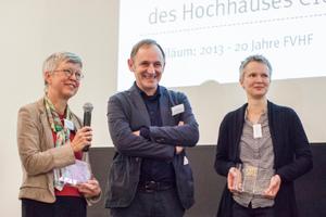 Gewinner Architekt Volker Staab (m.) freut sich mit Ellen Göbel (l. Kanzlerin Hochschule Darmstadt) und Projektleiterin Angelika Egner