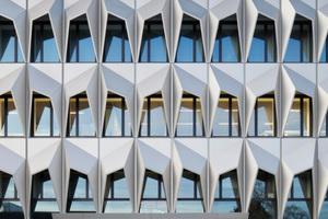 Die dreidimensional gefalteten Sonnenschutzelemente aus Leichtmetall an der Südfassade beeindruckten<br />